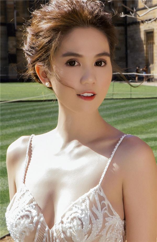 Chiếc váy xòe trông điệu đà nhưng không kém phần gợi cảm với chi tiết xẻ ngực sâu, chất liệu xuyên thấu mỏng tang.