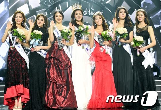 Và đây là bảy người đẹp, gồm Hoa hậu, hai Á hậu 1 và bốn Á hậu 2. Có lẽ vì... ai cũng đẹp quá nên Hàn Quốc phải trao giải cho nhiều người như vậy?