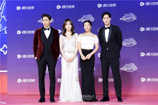 Đây có lẽ là một trong những điểm đặc trưng của thảm đỏ tvN10 Awards khi các ngôi sao lần lượt xuất hiện từng nhóm theo phim. Điều này khiến khán giả vô cùng thích thú khi có dịp hồi tưởng lại các bộ phim thời gian qua. Phía trên là sự xuất hiện đáng yêu của hai cặp đôi đán yêu của Oh Hae Young Again.