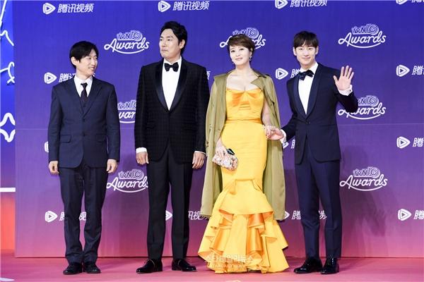 Dàn sao được mong chờ nhất đêm nay gồm Jo Jin Woong, Kim Hye Soo và Lee Je Hoon của Signal đã có mặt tại thảm đỏ