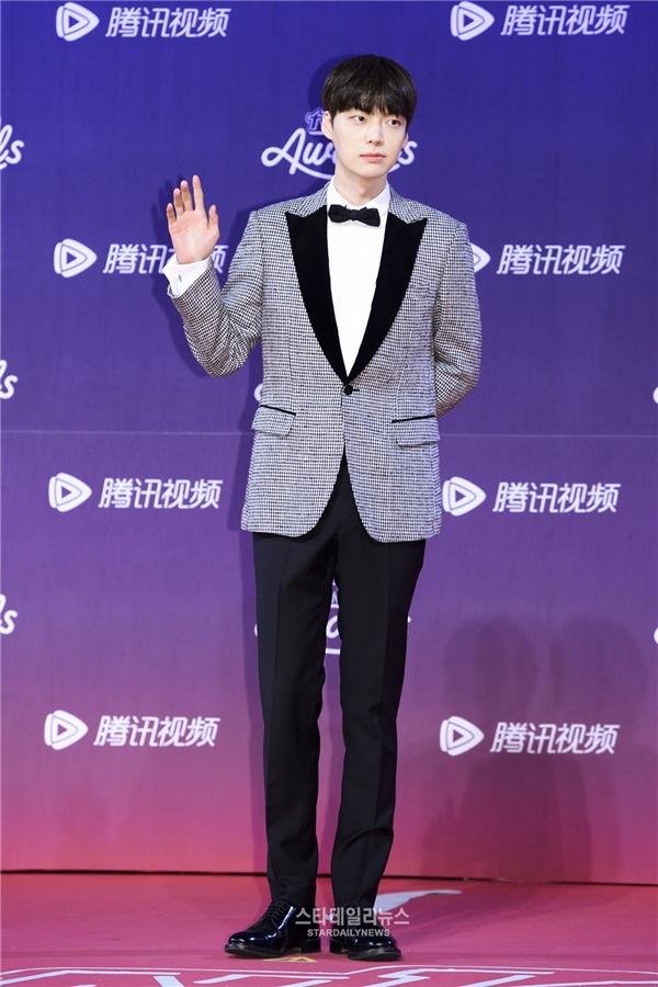 """""""Anh chồng quốc dân"""" Ahn Jae Hyun lịch lãm trên thảm đỏ lễ trao giải"""