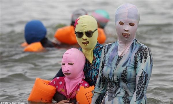Vào khoảng tháng 7 trong năm,phụ nữ Trung Quốc khiến cả thế giới ngỡ ngàng khi ra biển vớichiếc mũ bơi kiêm mặt nạquái đảnmang tên facekini.