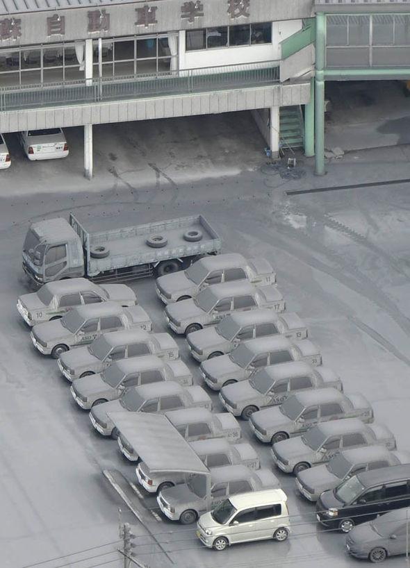 Những chiếc xe ô tô bám đầy tro bụi. (Ảnh: Internet)