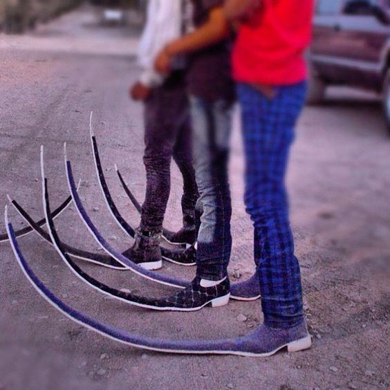 Những chiếc giày có phần mũi dài, cong vút mặc dù gây khá bất tiện nhưngtừng là xu hướng thời trang rất được ưa chuộng ở Mexico năm 2011.