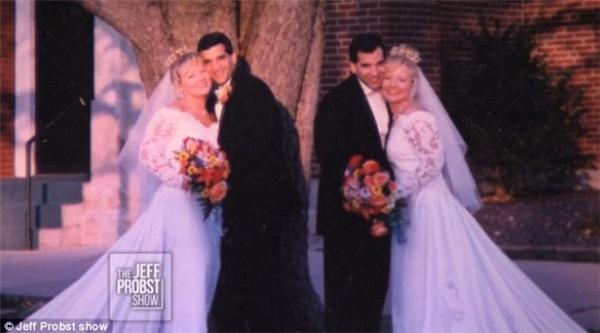 Họđã kết hôn vào cùng một ngày và cùngmặc những bộ lễ phục giống nhau.