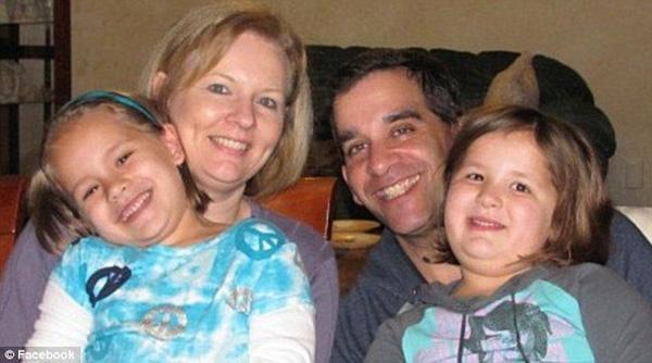 Hai cô con gái sinh đôi của Mark và Darlene