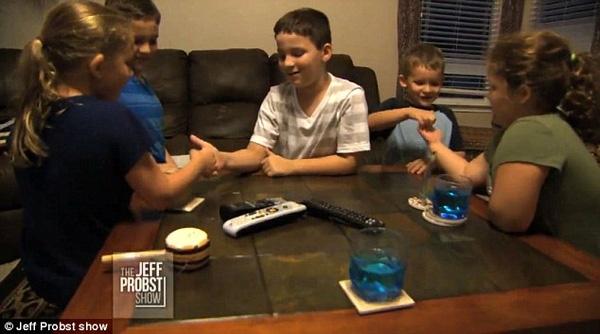 5 đứa trẻ rất thân thiết với nhau