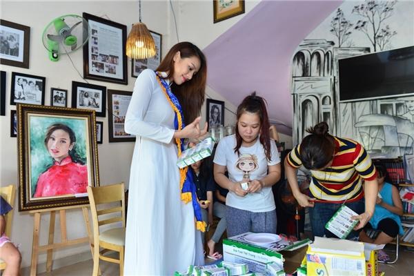 Lilly Nguyễn nền nã với áo dài trắng đi trao quà cho trẻ em mồ côi - Tin sao Viet - Tin tuc sao Viet - Scandal sao Viet - Tin tuc cua Sao - Tin cua Sao