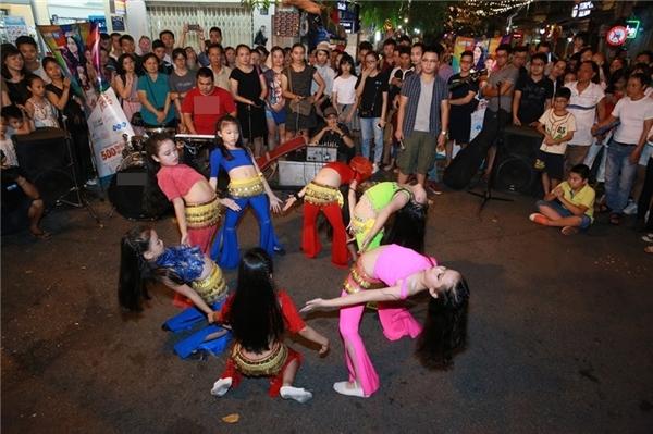 """Top 10 Nhí tài năng 2016 cùng quán quân Nguyễn Mai Thùy Anh đã khiến sân khấu phố đi bộ """"bùng nổ"""" với loạt tiết mục đặc sắc."""