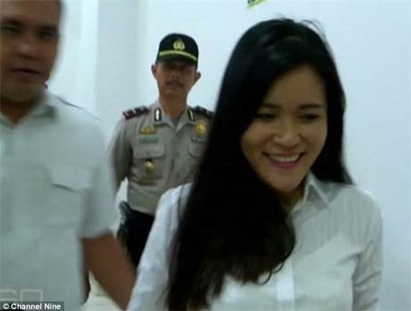 Khi các phóng viênhỏi rằng cô có bỏ chất độcvào cốc cà phê của Wayankhông, Jessica đã nở một nụ cười rất tươi.