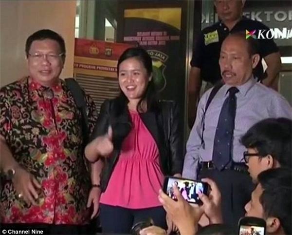 Khi bịbắt giữ cô cũng đãmỉm cười và giơ ngón tay cái một cách đầy hứng khởi với truyền thông.