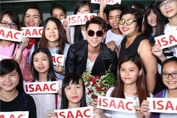 Giọng ca Mr.Righttươi cười hạnh phúc chụp ảnh cùng đại gia đình Lions (tên FC của Isaac) - Tin sao Viet - Tin tuc sao Viet - Scandal sao Viet - Tin tuc cua Sao - Tin cua Sao