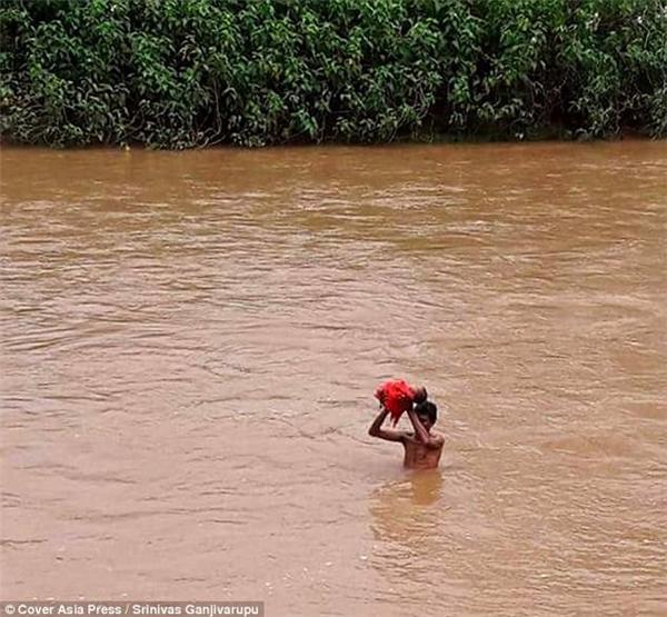 Tình trạng ngập lụt dữ dội khiếnmọi ngả đường trong làng Kudumusare đều bị chặn đứng bởi dòng nước lũ.