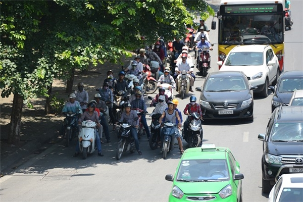 Dừng đổ không đúng nơi quy định được xem như tình tiết tăng nặng trong luật giao thông. (Ảnh: internet)