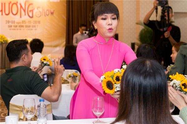 Đan Trường hôn mẹ nhỏ, Huỳnh Lập làm đạo diễn liveshow Việt Hương - Tin sao Viet - Tin tuc sao Viet - Scandal sao Viet - Tin tuc cua Sao - Tin cua Sao