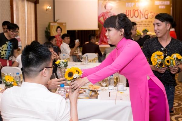 Trước giờ họp báo, Việt Hương đã đi tặng hoa cho từng phóng viên như một cách chị tri ân tình cảm mà giới truyền thông dành cho chị suốt nhiều năm qua. - Tin sao Viet - Tin tuc sao Viet - Scandal sao Viet - Tin tuc cua Sao - Tin cua Sao