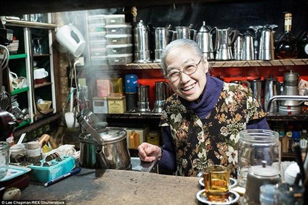 Một cụ bà còn rất mạnh khỏe đang kinh doanh quán cafe nhỏ được mở từ những năm 1980.