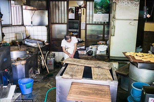 Tại một cửa hàng bán đậu phụ, ông lão 70 tuổi vẫn đang miệt mài với công việc của mình.