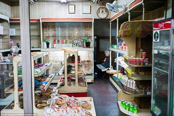 Ở thành phốTokyo,các cửa hàng tiện lợi hiện đại mọc lên như nấm. Tuy nhiên vẫn không khó để bắt gặp một cụ bà nhiều tuổi vẫn ngồi trông gian hàng tạp hóa như thế này ở Nhật Bản.