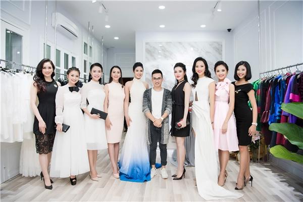 Á hậu Huyền My thanh lịch, đơn giản với váy ngắn màu đen kết hợp ví cầm tay của Louis Vuitton và giày đế đỏ Christian Louboutin.