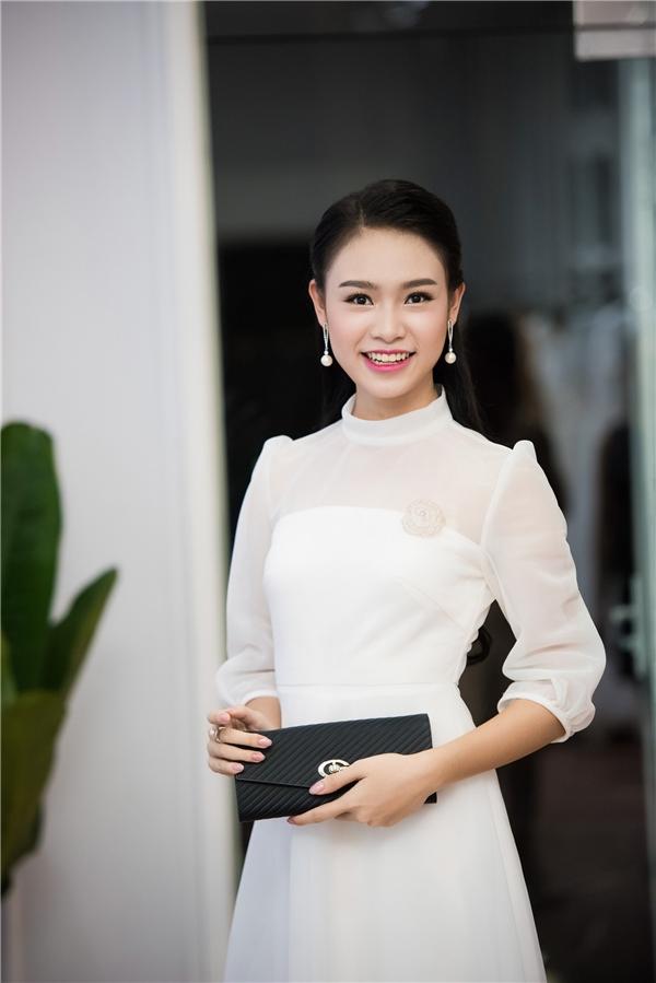 Người đẹp Truyền thông của Hoa hậu Việt Nam 2016 Phùng Bảo Ngọc Vân yêu kiều với váy trắng xòe.