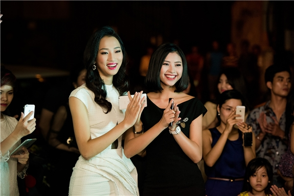 Thủy Tiên và Đào Thị Hà diện trang phục với màu sắc đối lập. Hai người đẹp này đều dừng chân ở top 5 Hoa hậu Việt Nam 2016.