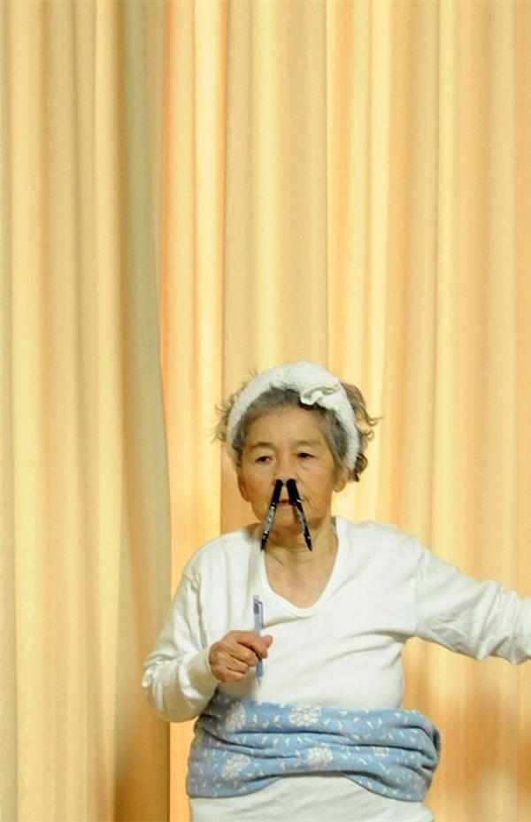 """Chỉ có """"trẻ trâu"""" mới có trò nhét bút vào mũi thế này thôi cụ Kimiko ơi!"""