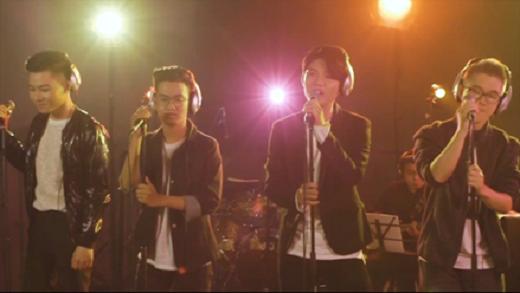 Ca khúc Radio được trình diễn thành công bởi một boy band thực sự.
