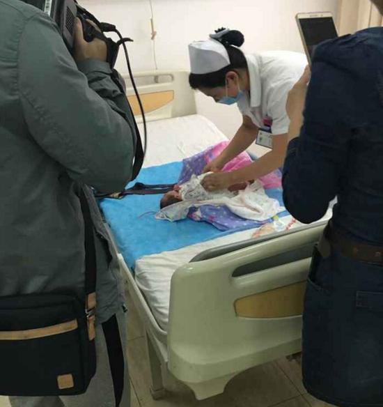 Cháu bé sinh thiếu tháng, các bác sĩ chỉ có thể đoán rằng cô gái mang thai 7 tháng.