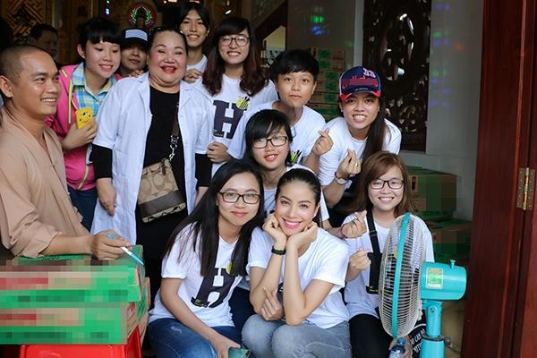 Hoa hậu Phạm Hương cũng là một trong số ít các hoa hậu tại Việt Nam gắn kết nhiều với cộng đồng fans. Các bạn trẻ luôn đồng hành, hỗ trợ hết mình để phục vụ cho những hành trình thiện nguyện của người đẹp Hải Phòng. - Tin sao Viet - Tin tuc sao Viet - Scandal sao Viet - Tin tuc cua Sao - Tin cua Sao