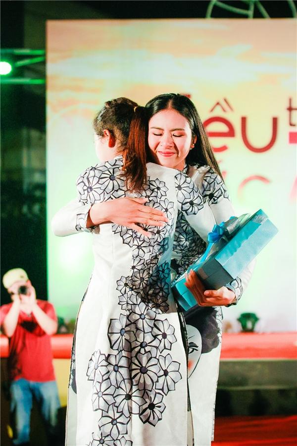 Ngọc Hân òa khóc khi gặp cô sinh viên mắc bệnh hiểm nghèo