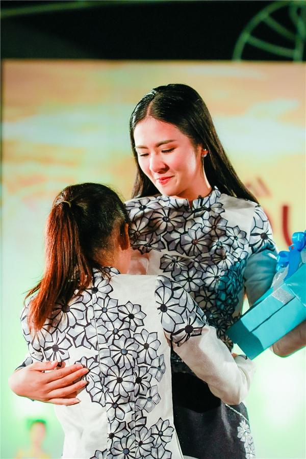 Để thêm phần khích lệ và động viên Huyền Trang, Ngọc Hân xuất hiện bất ngờ trên sân khấu của chương trình để mang đến niềm vui cho Trang. Cô cũng tặng Trang một bộ áo dài do cô thiết kế, một cuốn sách dạy cắt may cơ bản cùng những lời chúc tốt đẹp.