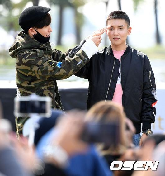 Leeteuk hướng dẫn Ryeowook cách chào