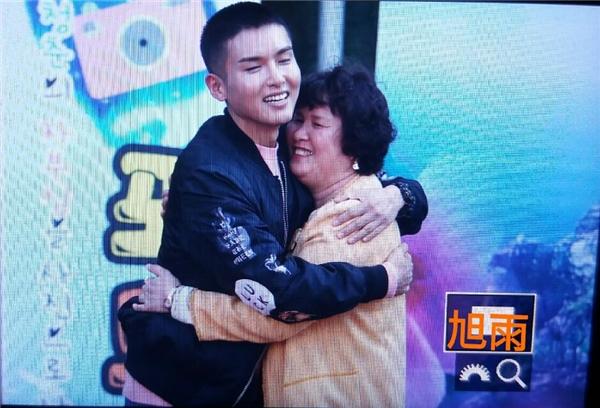 Gia đình của Ryeowook cũng có mặt để chào tạm biệt anh.