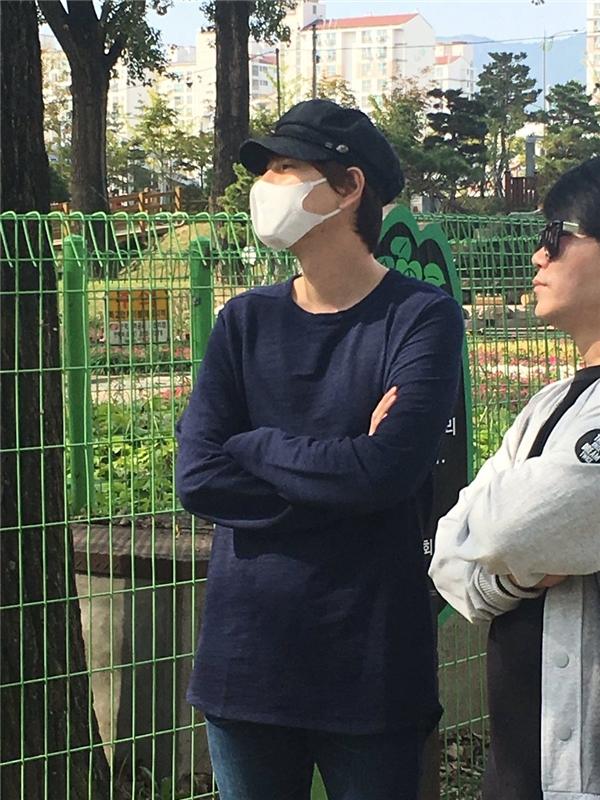 Kyuhyun đứng ở góc khuất tránh sự chú ý của fan