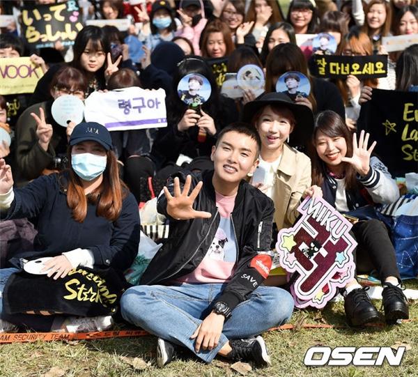 Fan xúc động tiễn Ryeowook lên đường nhập ngũ