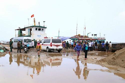 Tàu cá và xe cứu thương được huy động để giúp đỡ nạn nhân tạicảng Cửa Tùng. (Ảnh: Hồng Táo)
