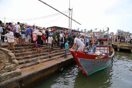 Tàu chở 44 người bất ngờ bị chìm tại Quảng Trị