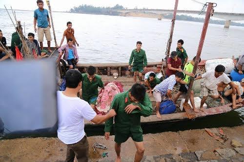 Những nạn nhân của vụ chìm tàu được cứu hộ đưa vào bờ. (Ảnh: Nguyễn Phúc)