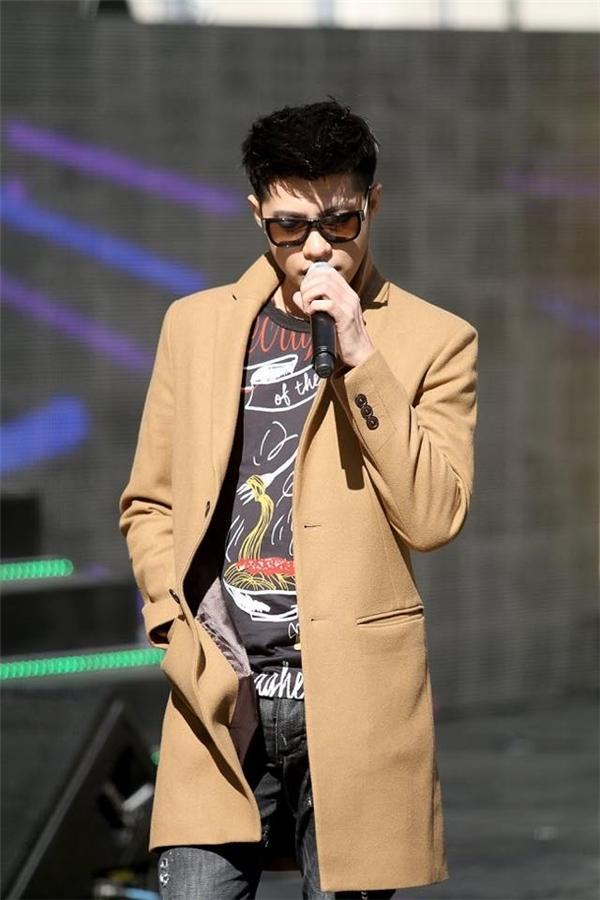 Tại buổi tổng duyệt chương trình, Noo Phước Thịnh thích nghi với không khí lạnh của Hàn Quốc bằng chiếc áo măng tô màu be sang trọng, thanh lịch. Bên trong là sự kết hợp giữa quần jeans và áo họa tiết cá tính.