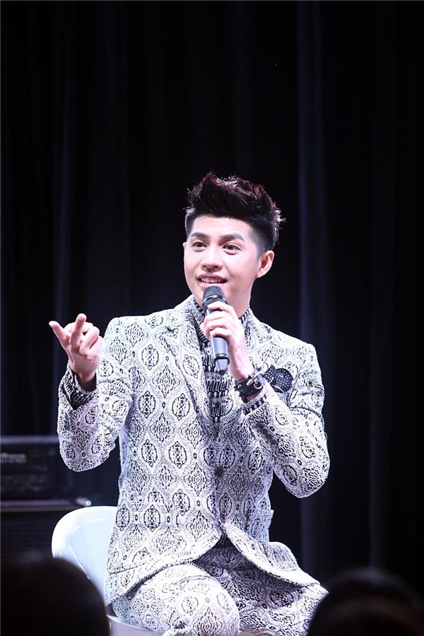 Loạt họa tiết khiến người đối diện khó thể rời mắt với bộ suit mà Noo Phước Thịnh diện trong buổi họp fan tại Hàn Quốc.