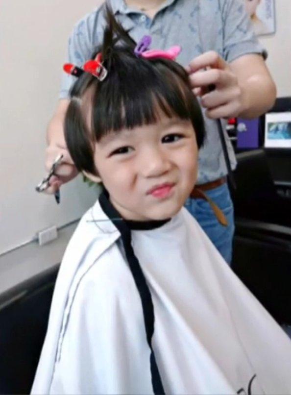 Cậu bé một mực đòi phải cắt cho mình kiểu tóc y hệt như củaJi Chang Wook.