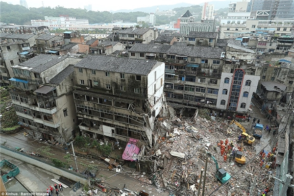Cảnh đổ nát của 4 tòa nhà 6 tầngở quận Lộc Thành, thành phố Ôn Châu, tỉnh Chiết Giang, Trung Quốc.
