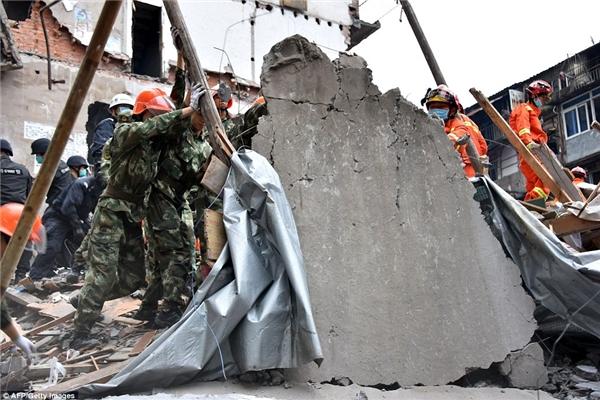 Ước tính vẫn cònhơn 20 người bị chôn vùi trong đống đổ nát.