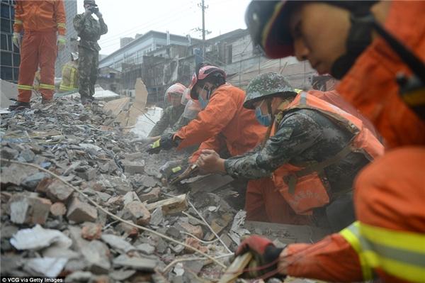 Lực lượng cứu hộ nỗ lực đào bới tìm kiếm người sống sót.