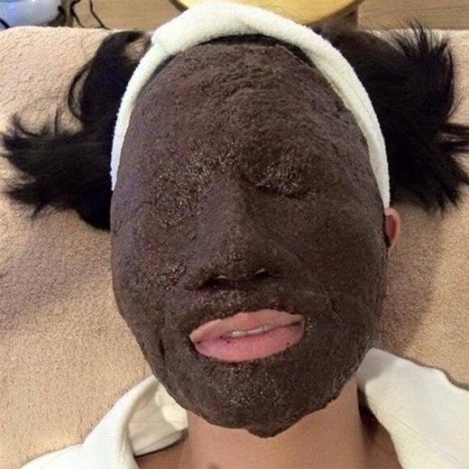 Đắp mặt nạ không chỉ kín mặt mà phải kín luôn cả mắt như thế này.