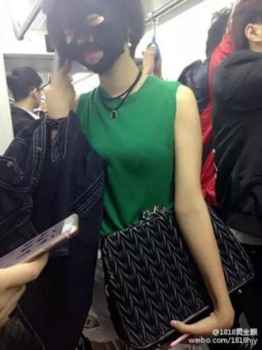 Chị em bận rộn có thể 3 môn phối hợp như thế này: vừa đắp mặt nạ, vừa đi tàu điện, vừa tranh thủ chợp mắt.