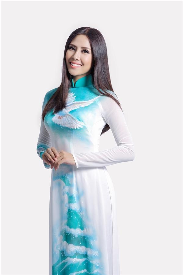 Cô diện bộ áo dài với họa tiết chim bồ câu, mây trời nhẹ nhàng mang thông điệp về hòa bình của nhà thiết kế Thuận Việt.