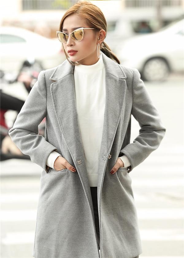 Diện chiếc áo măng tồ dáng vest tối màu, chất liệu vải dạ lì, dạ tuyết, nữ diễn viên trở nên cuốn hút và thời trang hơn.