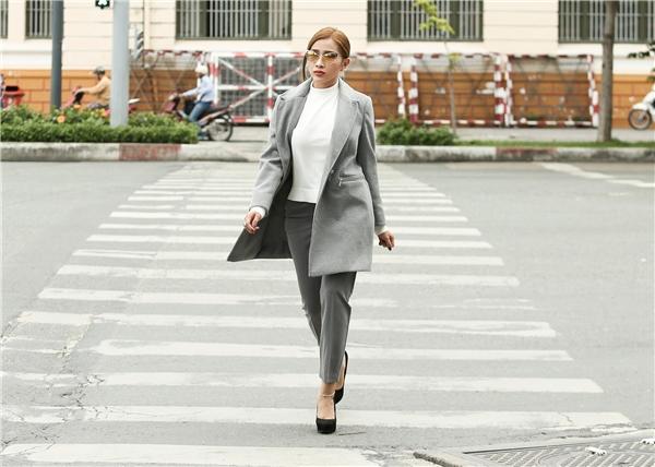 Đặc biệt, chiếc quần kaki ôm cùng ton màu áo phối kèm áo cổ cao sáng màu cũng giúp Khả Như trở nên sang trọng và quyến rũ hơn.